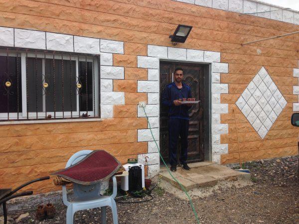 Ali Muhammed vid sitt hus färdig att servera te.