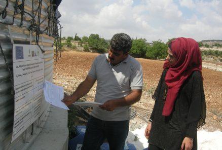 Khalid Breghith och Nermeen Alami studerar lagfart och rivningsorder vid vattentanken i Beit Ummar. Foto: Per Anders Skytt