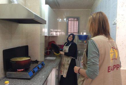 Islam undervisar palestinsk matlagning i sitt kök. Foto:Susanne