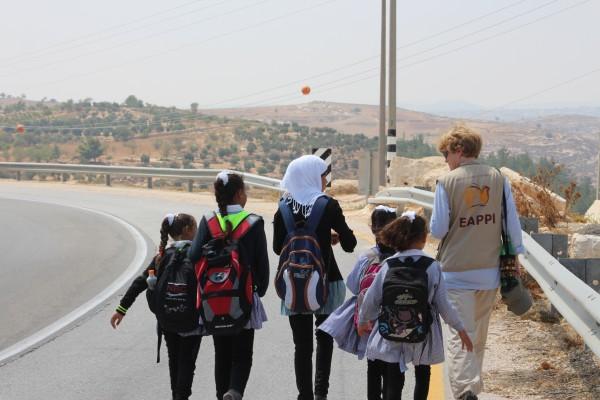 Skolbarn och följeslagare