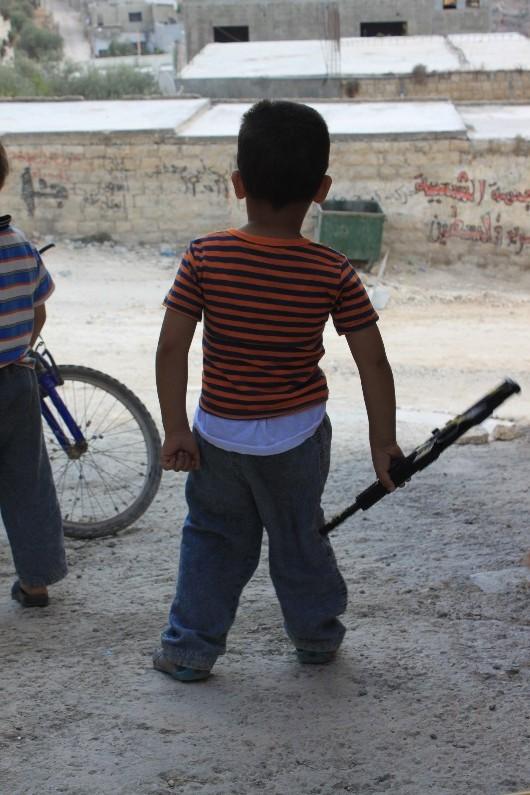 Palestinsk pojke med leksaksvapen.