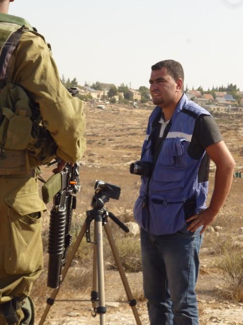 Nasser från B'tselem diskuterar med en israelisk soldat.