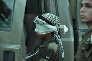 Ett palestinskt arresterat barn med ögonbindel.