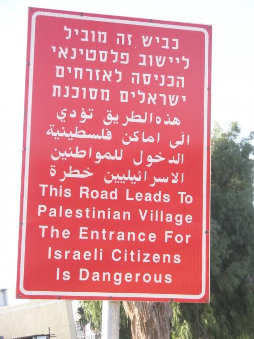 En varningsskylt om att fara in i palestinsk område.