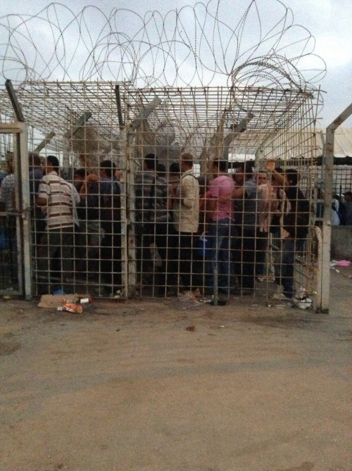 Palestinier som köar till en vägspärr