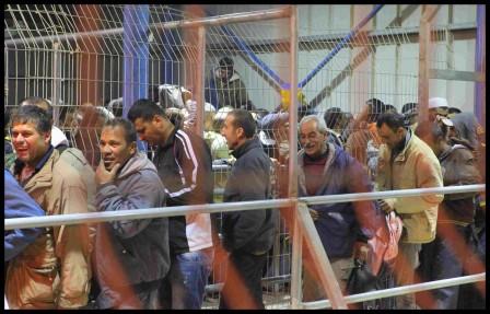 Köande palestinier i Meitar checkpoint.