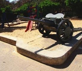 Kanon placerad i lekpark.