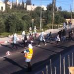 Palestinska skolbarn tar sig över ett farligt övergångsställe framför skolan.