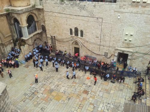 Ett tomt torg i Jerusalem under påsken.