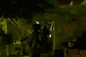 Israeliska soldater på väg in för ett gripande.