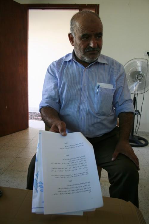 Abu Harras i Al Jab'a visar en del av konfiskeringsordern för hans mark.