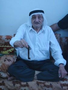 Mohammed Abed al‐Fattah al‐Titi och är 83 år. Han föddes i byn Iraq al-Manshiyyah som låg nära det område som nu är Gaza.