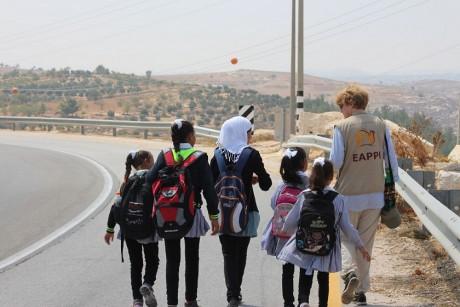 EAPPI följeslagare Lise Bergh med skolbarn på väg från skolan i Beni Na'im till deras hemby Birin.