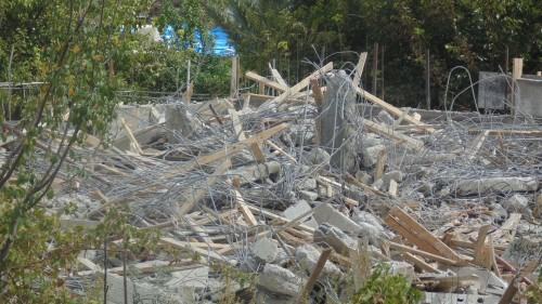 Trasigt byggnadsmaterial och stenras är vad som återstår av familjen Rajabs hem. Allt de äger finns under det demolerade huset.