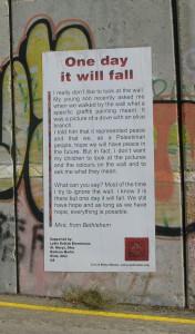 """Bild från utställningen intill muren. En palestinsk mor har skrivit """"En dag ska den falla""""."""