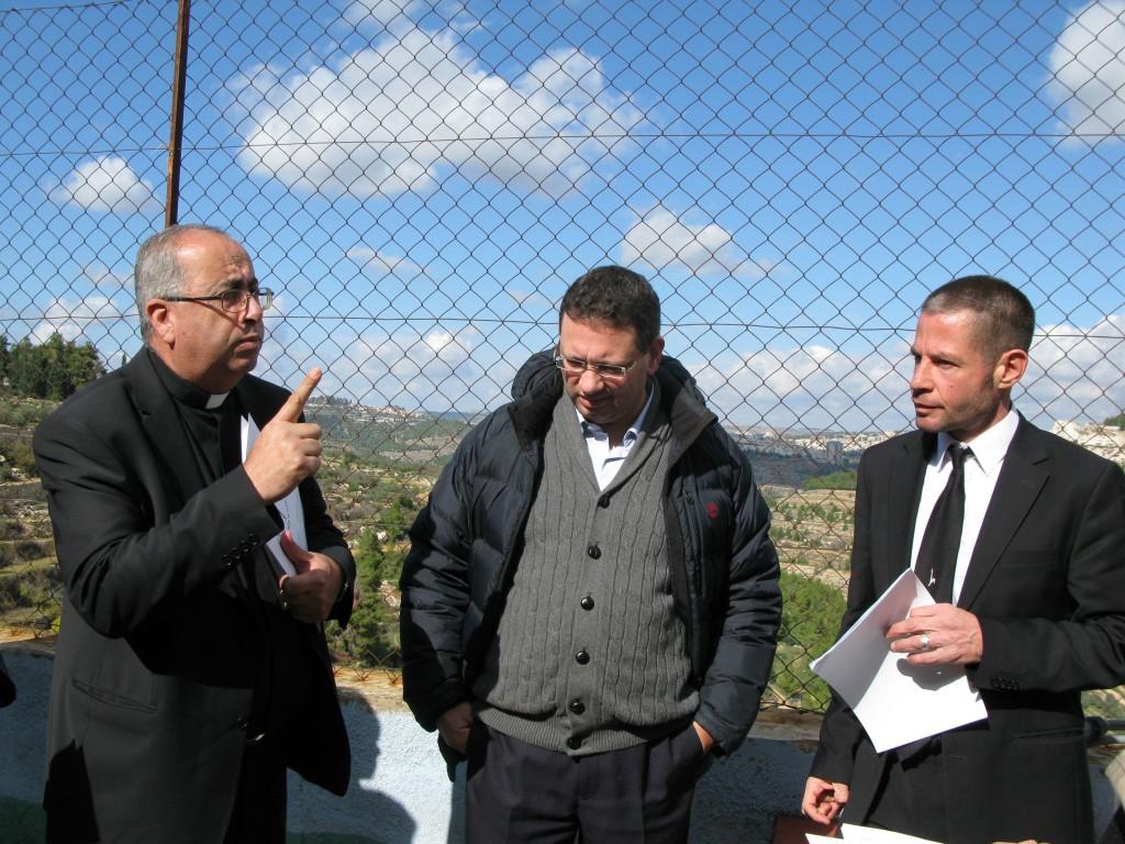 """""""Det handlar om framtiden för det katolska klostret, skolan och odlingarna i Cremisan - hela den vackra dalen"""" berättade juristerna Raffoul Rofa och Zvi Avni och fader Faysal Hijazen från den Romersk-katolska kyrkan i Beit Jala."""