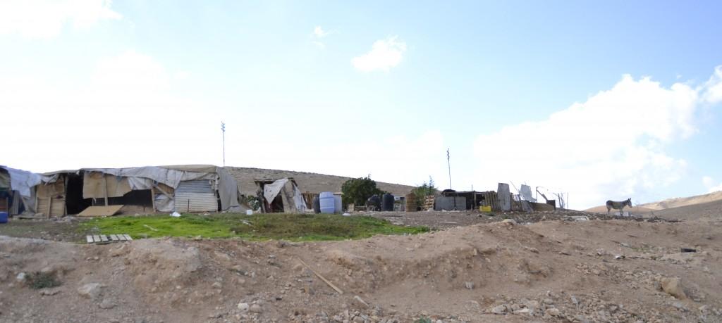 Beduinlägret Khan al-Ahmar som ligger precis bredvid motorvägen.