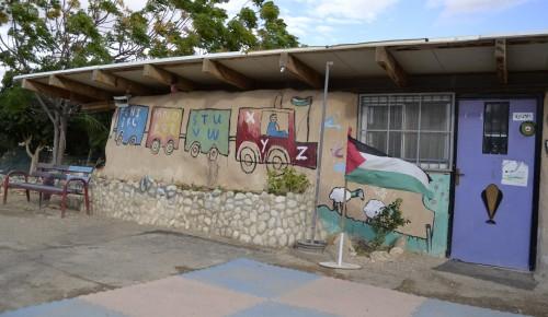Däckskolan i beduinlägret Khan al-Ahmar.