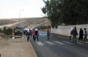 Barn utanför al-Maniyaskolan.