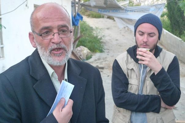 Arief Totangeh berättar för oss följeslagare om sin demoleringsorder, samtidigt som vi blir bjudna på te.