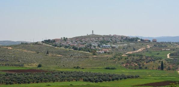 Israelisk bosättning längs Route 60 i närheten av Qaryut, marken nedanför bosättningen är palestinsk, men kan ej brukas av byn på grund av bosättningens säkerhetszon.