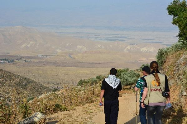 Följeslagare och vandrare med fantastiska utsikter över Jordandalen. I fjärran kan man skymta Jordanien. Till vänster i bilden kan man se den israeliska bosättningen Ma'ale Efrayim.