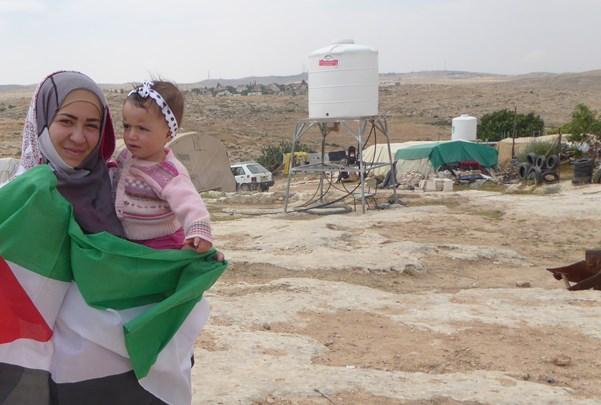 Donia och Dalia Nawaja bor i Susiya som nu riskerar att jämnas med marken. Donia, den äldre flickan, är släckt med Nasser som nämns i texten. Dalia, den lilla, är hans dotter.
