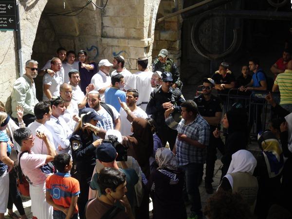 På Jerusalemdagen var situationen extra spänd. Här syns intensiva motsättningar mellan judar och muslimer utanför Kedjeporten in till Tempelberget.