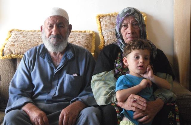 RR4 19_5_2015-Nahhalin-Bethlehem-Abed-Alrahman-Najajara-85-yrs-and-Jalila-Najajara-80-yrs-with-their-grandson-Photo-Lena-Huseman-EAPPI