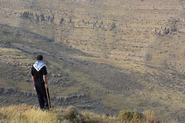 Ett landskap med dramatiska dalgångar.