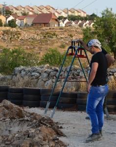 I väntan på grunden ska bli färdig, i bakgrunden kan man se den israeliska bosättningen Shilo. Strax bakom träden kan man skönja vägen med hundkojorna på.