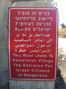 Vanlig syn runtom på Västbanken: om det inte är en förbudsskylt är det en varningsskylt.