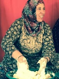 Samihja Nawaja knådar deg. Foto: Britt-Mari Sagefors