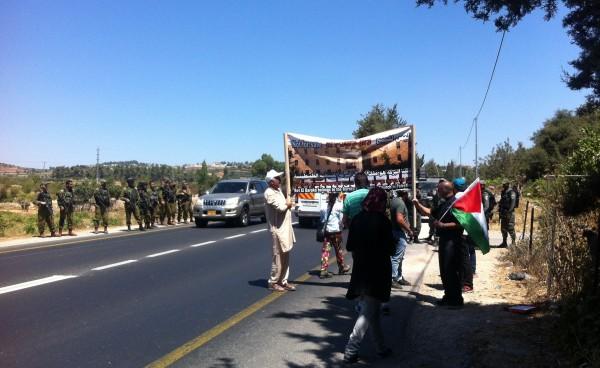 Varje helg hålls en fredlig demonstration kring Beit al-Baraka för att belysa situationen. Eftersom själva byggnaden och dess närområde är avstängt befinner vi oss på vägen strax intill. Den israeliska militären är alltid närvarande och inte sällan syns 2-3 soldater per deltagande demonstrant. Foto: Jenny Nyström