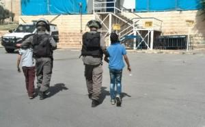Israeliska soldater tar två palestinska barn till polisstationen i Hebron.  Foto: Rajesh Holmen