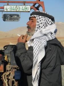 Abu Saker i Al-Hadidya berättar om hur det gick till när soldaterna kom rev hans hem. Foto: Sofia Claesson.