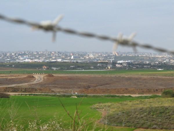"""Taggtrådsstängsel och starkt bevakat """"ingenmansland"""" separerar Israel från Gazaremsan. Foto: Eric Röst"""