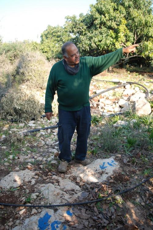 Abu Azzam pekar ut var bosättare har markerat nya gränser på hans mark.