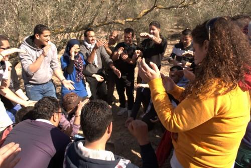 Camilia och hennes vänner firar den lyckade planteringen med sång och dans i olivlunden
