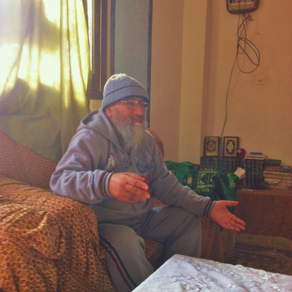 Sheikh Naser i sin soffa.