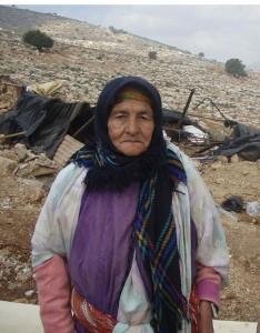 Kvinna-vid-husdemoleringen-i-Kirget-Yaza