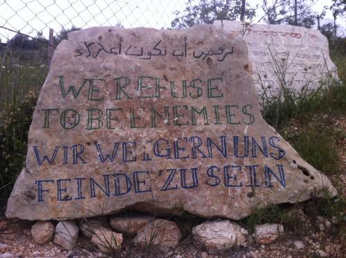 """Sten med texten """"Vi vägrar vara fiender"""" på olika språk."""