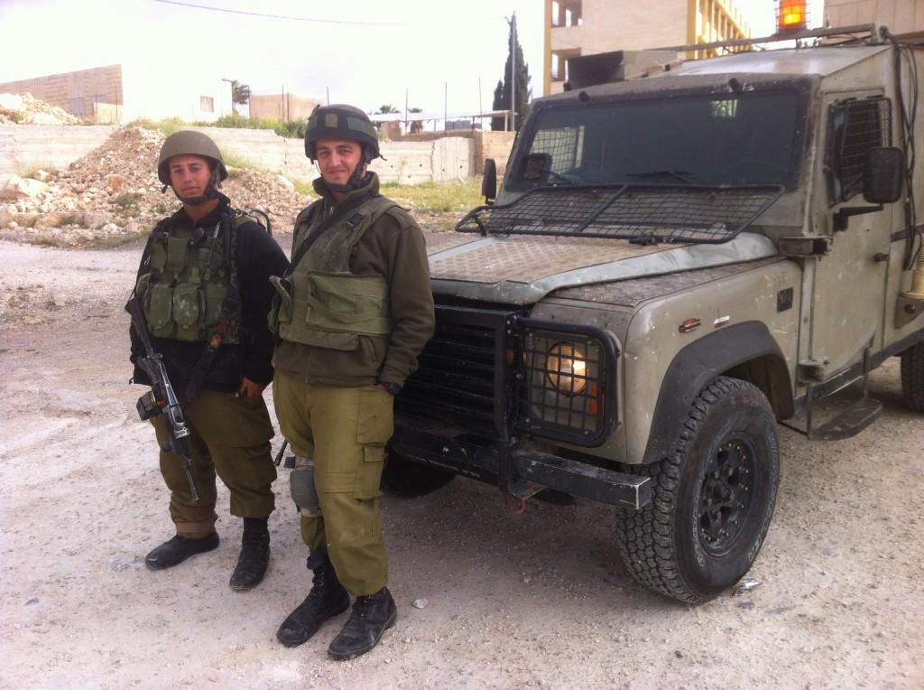 Två israeliska soldater vid en jeep.