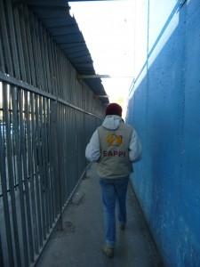 En följeslagare går igenom vägspärren i Betlehem