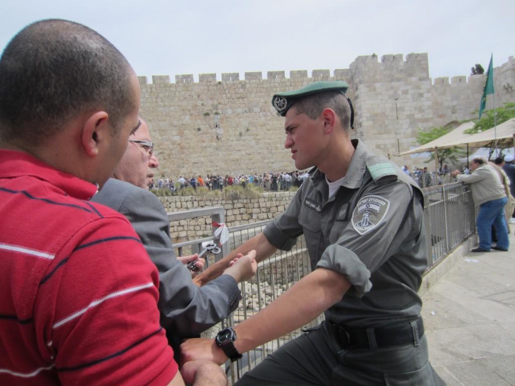 Jerusalembo visar nycklarna till sitt hus för att få komma in. Nyckeln är en symbol för alla palestinska flyktingar.