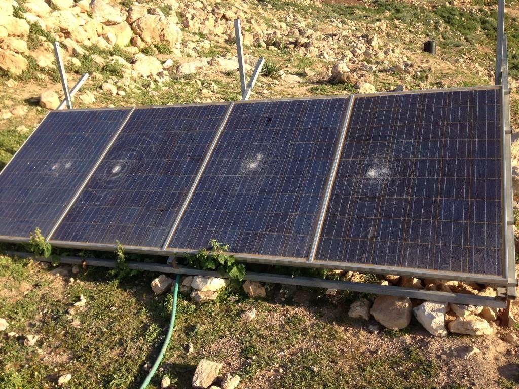 Förstörda solcellspaneler i byn