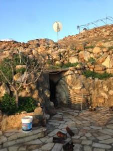 En grotta utgör bostad i byn Bir al-Idd