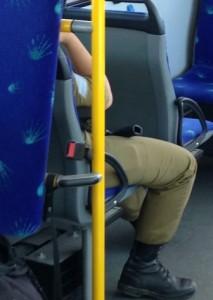 En beväpnad soldat på bussen i Tel Aviv. Foto: Karolina Österblom