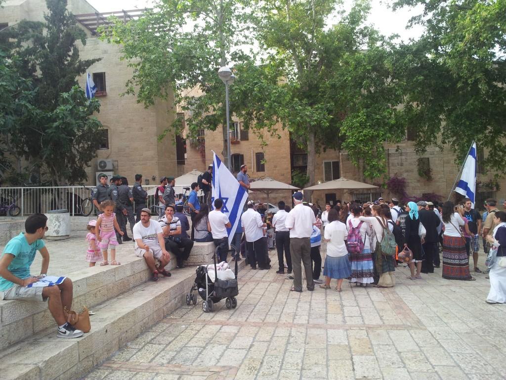 Extremistisk judisk demonstration som stannat utanför Hurvasynagogan i det judiska kvarteret i gamla staden för tal och dans innan den fortsatte mot tempelberget.