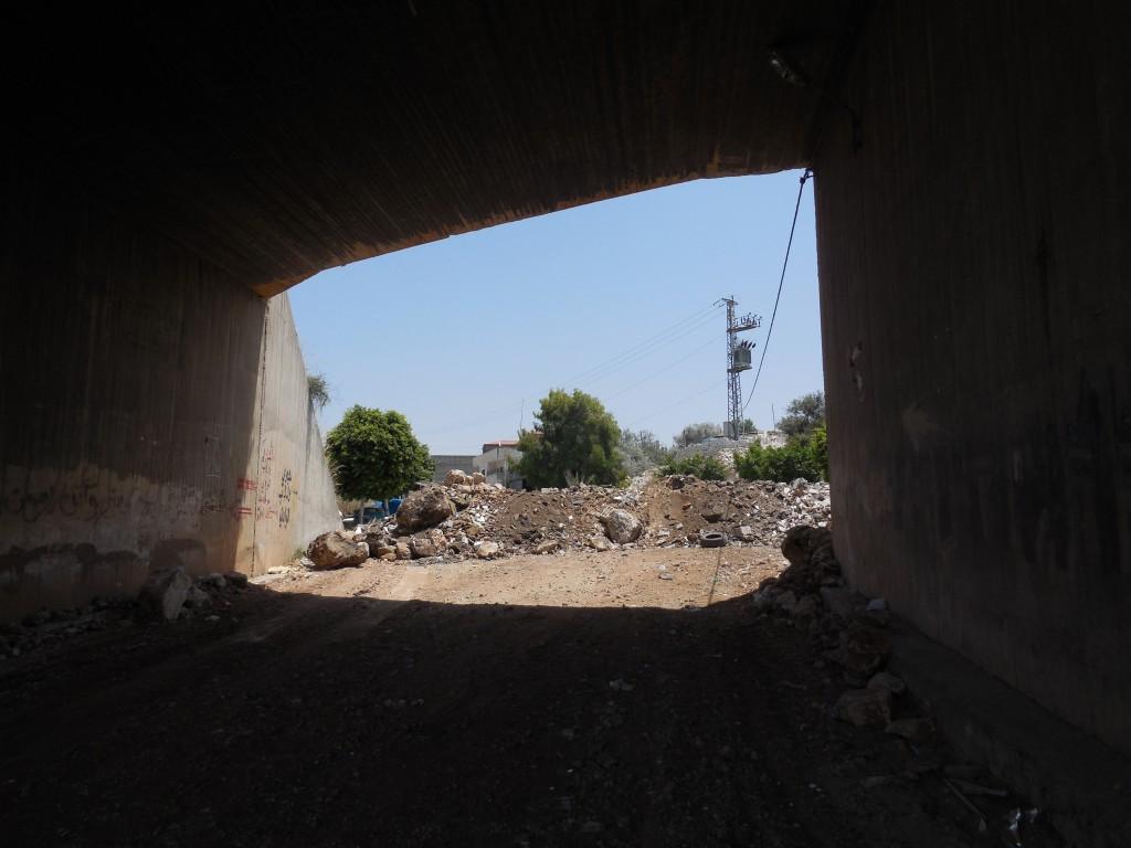 Den ena in- och utfartsvägen till Azzun efter den israeliska militärens stängning av byn.